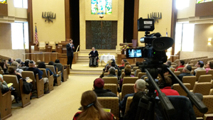 Dr. Dan Gottlieb preparing to speak at Temple Beth Sholom, January 26, 2014.